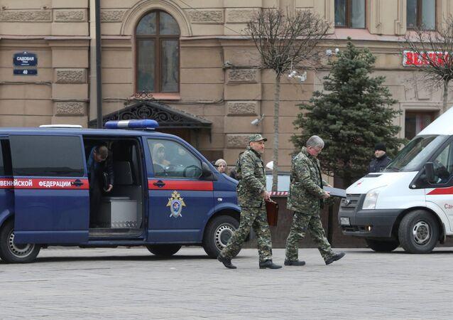 Forças de segurança russas ao lado da estação Sennaya Ploshchad, logo após a explosão no metrô, em 3 de abril de 2017