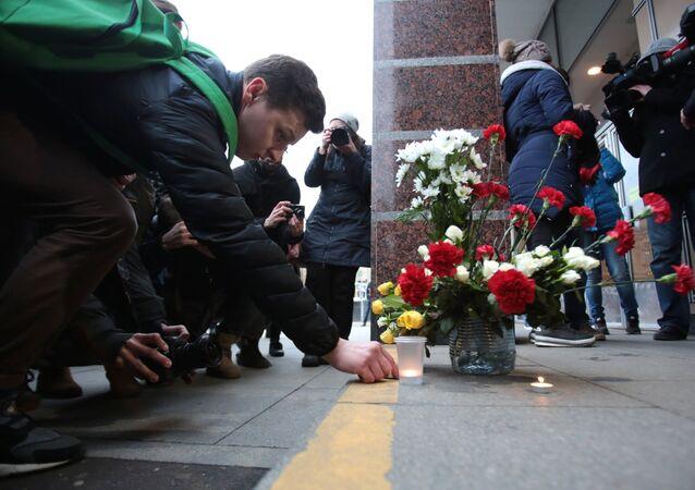 Flores em homenagem às vítimas da explosão no metrô de São Petersburgo