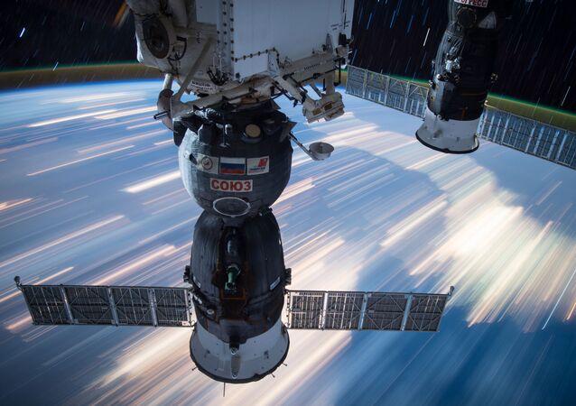 As capsulas espaciais de Soyuz e Progress, acopladas à EEI. Essa foto foi tirada pelos membros da tripulação da Estação Espacial Internacional