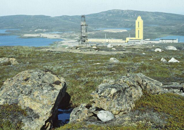 Poço Superprofundo de Kola é o mais profundo no mundo. Ele é o resultado de um projeto de prospecção científica da extinta União Soviética. O projeto tentava perfurar a crosta terrestre o mais profundo possível. A prospecção teve início em 24 de maio de 1970 na península de Kola