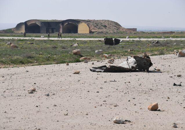 Consequências do ataque aéreo americano contra base aérea síria na província de Homs