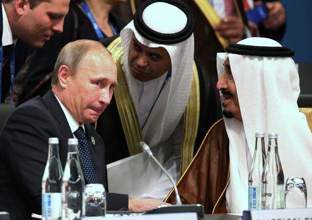 Presidente russo Vladimir Putin com o então príncipe herdeiro Salman bin Albdulaziz Al Saud, atual rei saudita, em sessão plenária da cúpula do G-20 na Austrália, em 15 de novembro de 2014