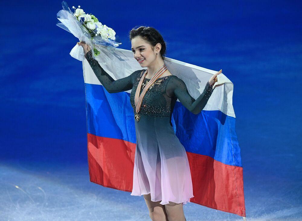 Yevgenia Medvedeva no campeonato mundial de patinação artística no gelo em Helsinque