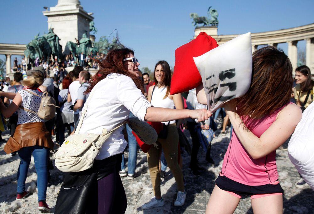Participantes da Batalha de Travesseiros em Budapeste, Hungria