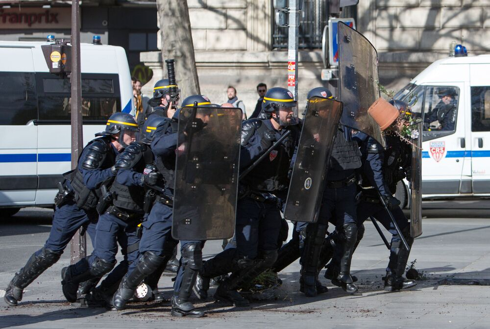 Polícia durante protestos de representantes da comunidade chinesa em Paris