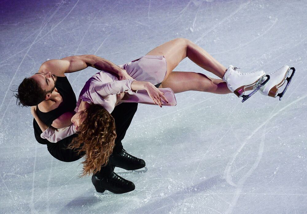 Gabriella Papadakis e Guillaume Cizeron no campeonato mundial de patinação artística no gelo em Helsinque