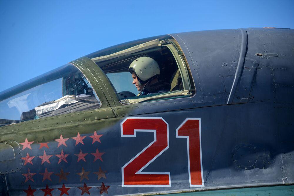 Piloto na cabina durante treinamentos táticos na região de Voronezh