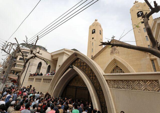 Egípcios se reúnem na frente de uma igreja copta em que se realizou uma explosão em Tanta, Egito, 9 de abril de 2017