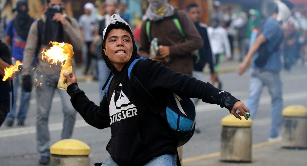 Um manifestante atira um coquetel Molotov, durante os protestos contra o governo em Caracas, na Venezuela, em 10 de abril de 2017