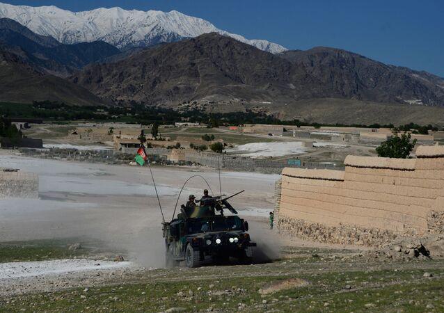 Forças de segurança afegãs envolvidas na operação contra o Daesh em 14 de abril de 2017, um dia após EUA terem lançado sua bomba mais poderosa não nuclear