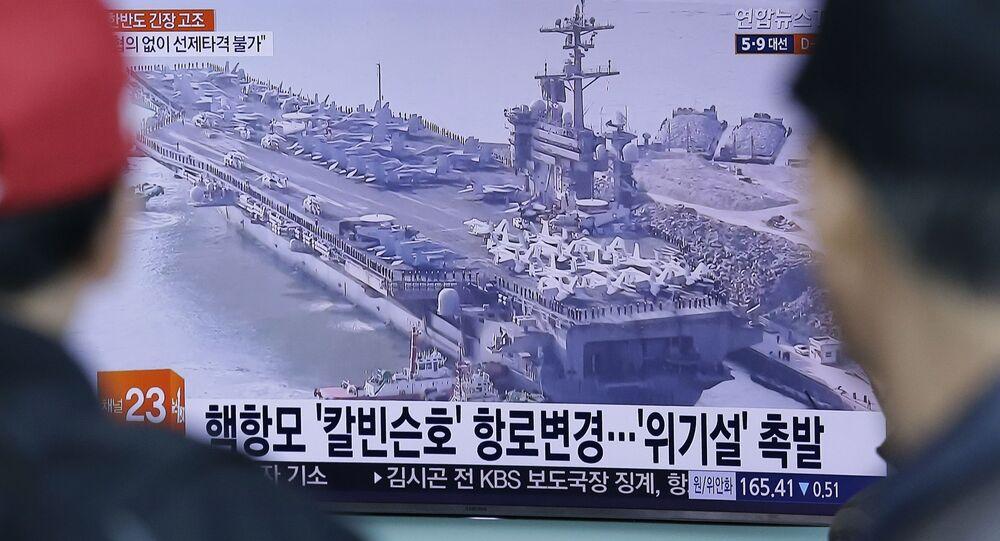 Reportagem vídeo sobre o USS Carl Vinson mostrado na TV sul-coreana, 12 de abril de 2017