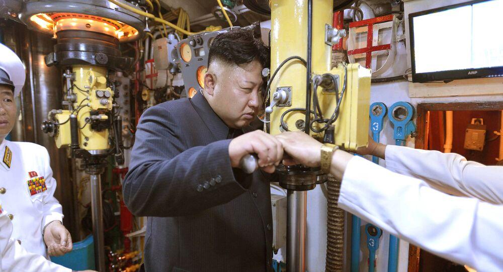 Líder da Coreia do Norte Kim Jong-un em um submarino