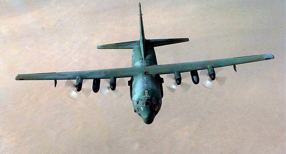 Avião MC-130 da FA norte-americana durante missão de treinamento. De um avião deste tipo foi lançada a bomba GBU-43 contra o Daesh no Afeganistão em 13 de abril 2017