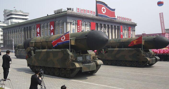 Mísseis passam em frente da tribuna no decorrer da parada militar comemorativa do 105º aniversário de Kim Il-sung, em 15 de abril de 2017