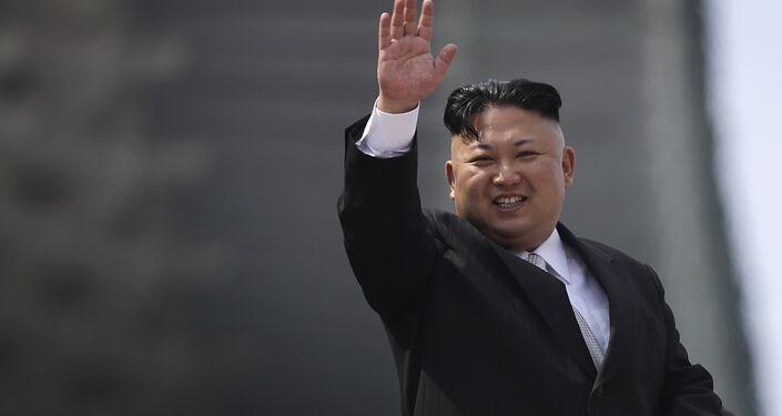 Kim Jong-un acena com a mão em um gesto de saudação durante a parada militar comemorativa do 105º aniversário de Kim Il-sung, em 15 de abril de 2017