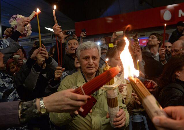 Crentes durante a cerimônia do Fogo Sagrado em Moscou