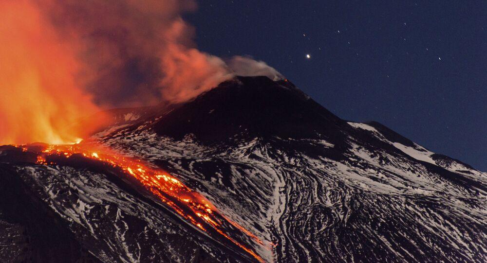 Fluxos de lava durante uma erupção do vulcão Etna na Itália (foto de arquivo)