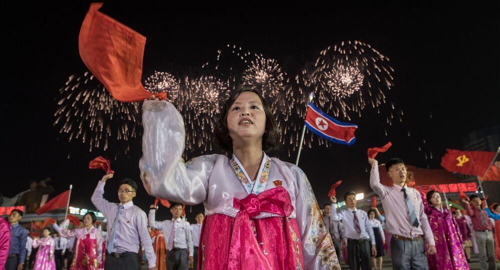 Uma mulher participa dos festejos comemorando os 105 anos de nascimento de Kim Jong-il
