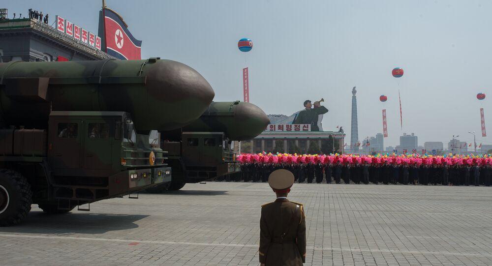 Exército Popular da Coreia apresenta, em desfile, complexos de lançamento de mísseis balísticos intercontinentais em abril de 2017