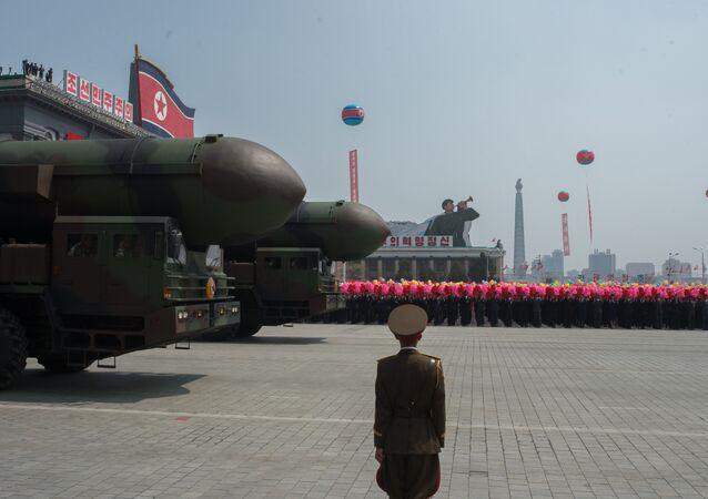 Exército Popular da Coreia apresenta, em desfile, complexos de lançamento de mísseis balísticos intercontinentais (foto de arquivo)