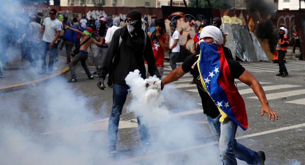Manifestantes da oposição em confronto com a polícia durante a chamada mãe de todas as marchas contra o presidente da Venezuela, Nicolas Maduro, em Caracas