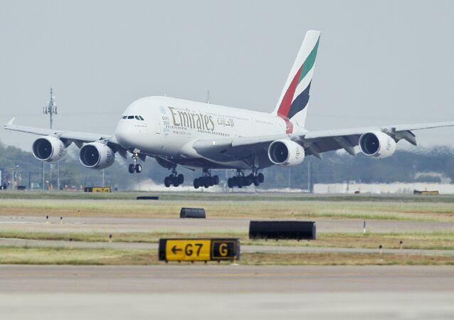 A380 da Emirates aterrissando no Aeroporto Internacional de Dallas/Fort Worth, no Texas (arquivo)