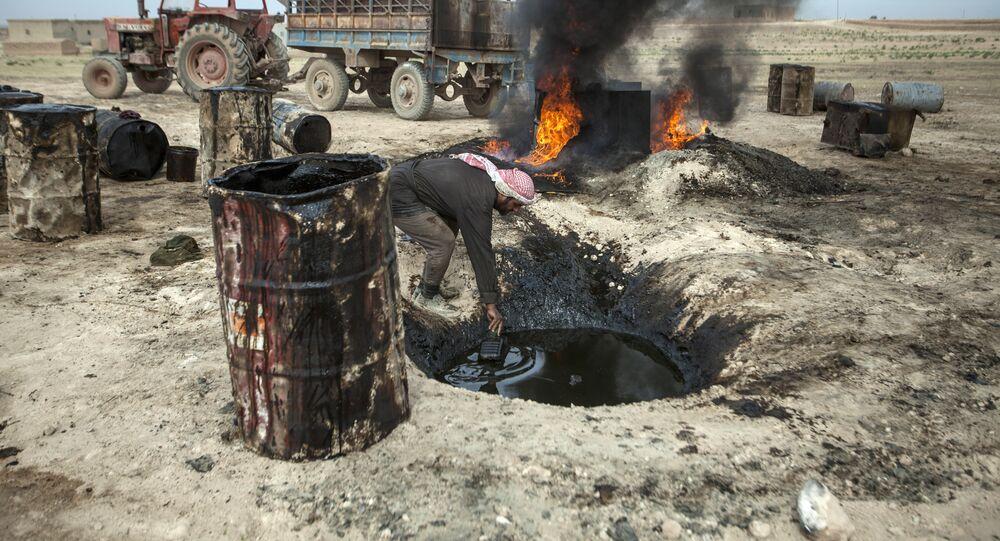 Homem trabalha em uma refinaria de petróleo improvisada em Raqqa