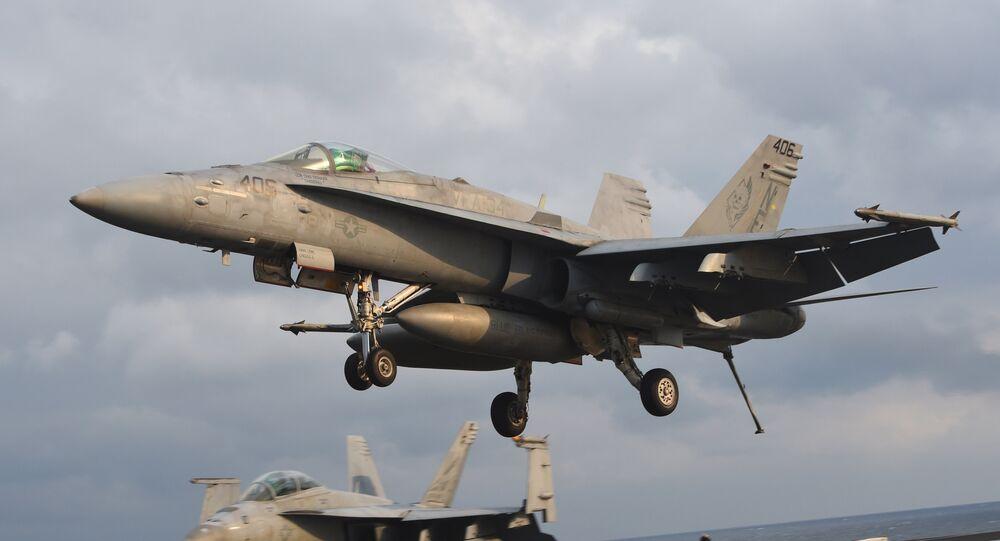 Caça F/A-18 pousa no convés do porta-aviões norte-americano Carl Vinson durante exercícios conjuntos entre EUA e Coreia do Sul em 14 de março 2017