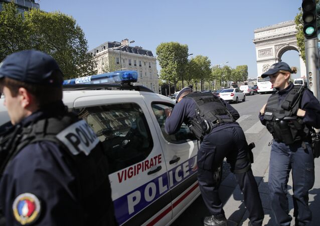 Agentes da polícia francesa durante patrulha na avenida Champs-Elysées, em Paris (arquivo)