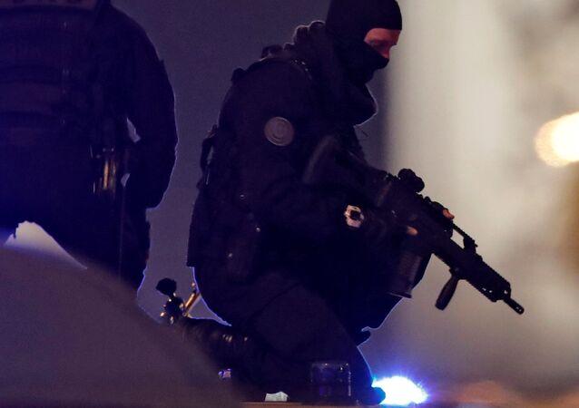 Forças de Segurança na Champs-Élysées após atentado terrorista que terminou com a morte de um policial e deixou outros dois feridos em Paris