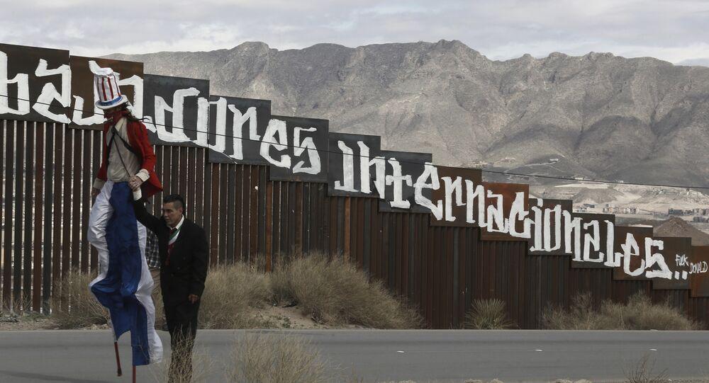 Manifestantes exibem um Tio Sam 'diabólico' na fronteira do México com os EUA, em Juarez (arquivo)