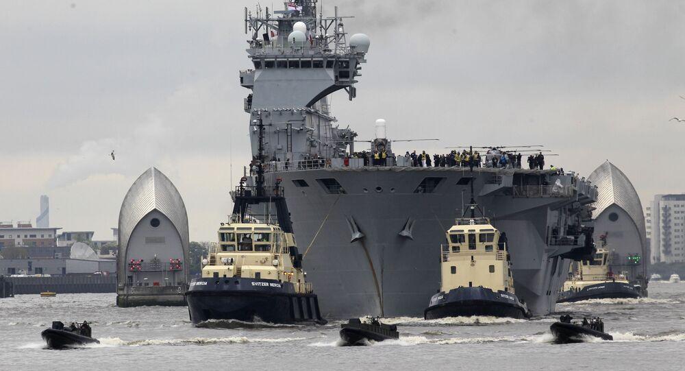 O HMS Ocean, porta-helicópteros e navio de assalto anfíbio que pertencente à Marinha do Reino Unido