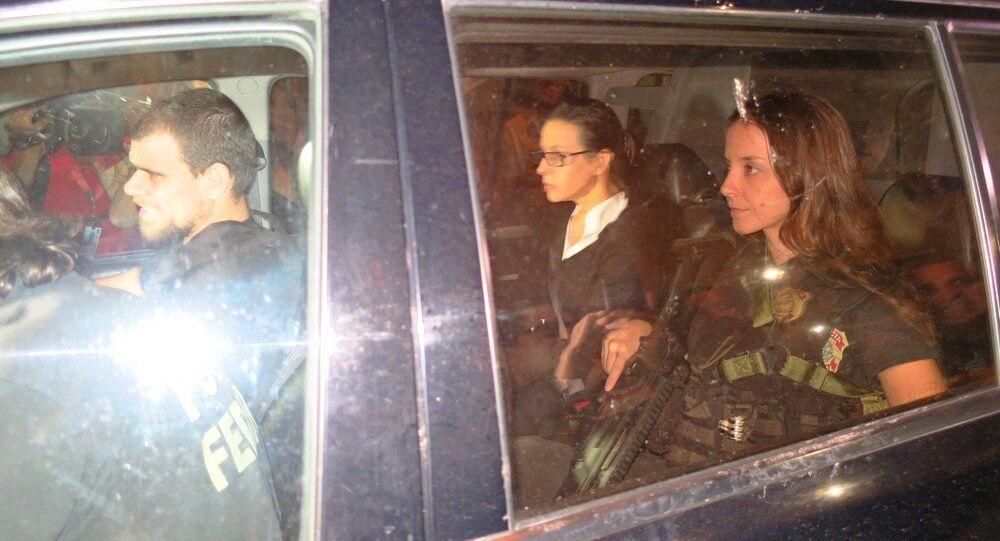 Adriana Ancelmo chegando em casa no carro da Polícia Federal no mês passado para cumprir prisão domiciliar