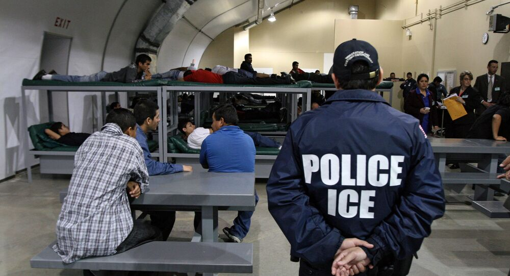 Agente do serviço de imigração dos EUA em um centro de detenção de Raymondville, Texas (arquivo)