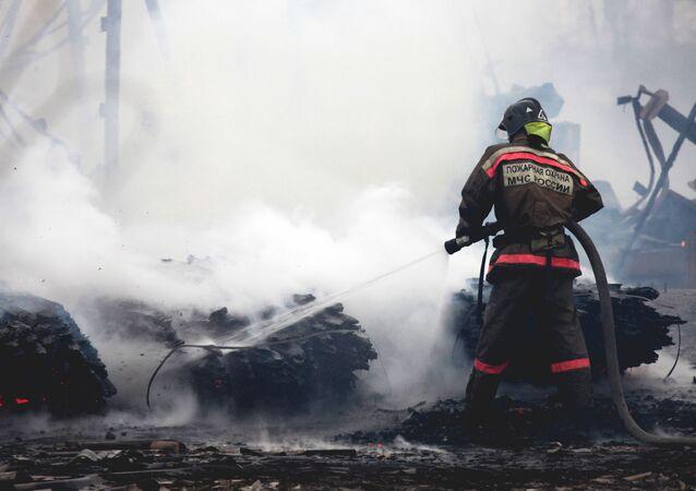 Bombeiro russo durante incêndio (foto de arquivo)