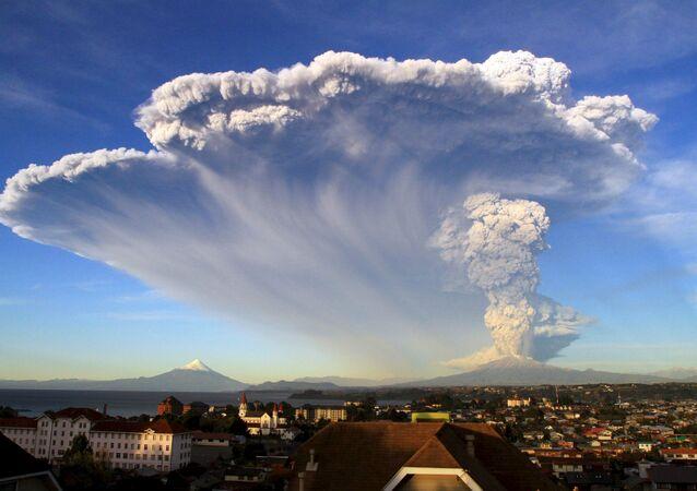O vulcão Calbuco entrou em erupção no Chile pela primeira vez em mais de 42 anos, lançando uma grande coluna de fumaça em uma área pouco povoada e montanhosa no sul do país.