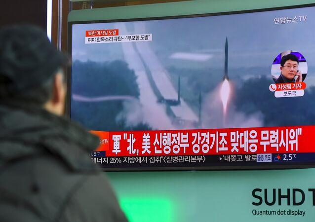 Homem vê a notícia mostrando imagens de arquivo do lançamento de mísseis da Coreia do Norte em uma estação ferroviária em Seul, em 12 de fevereiro de 2017. Nesse dia, a Coreia do Norte disparou um míssil balístico, em aparente provocação para testar a resposta do novo presidente Donald Trump, disse o Ministério da Defesa sul-coreano
