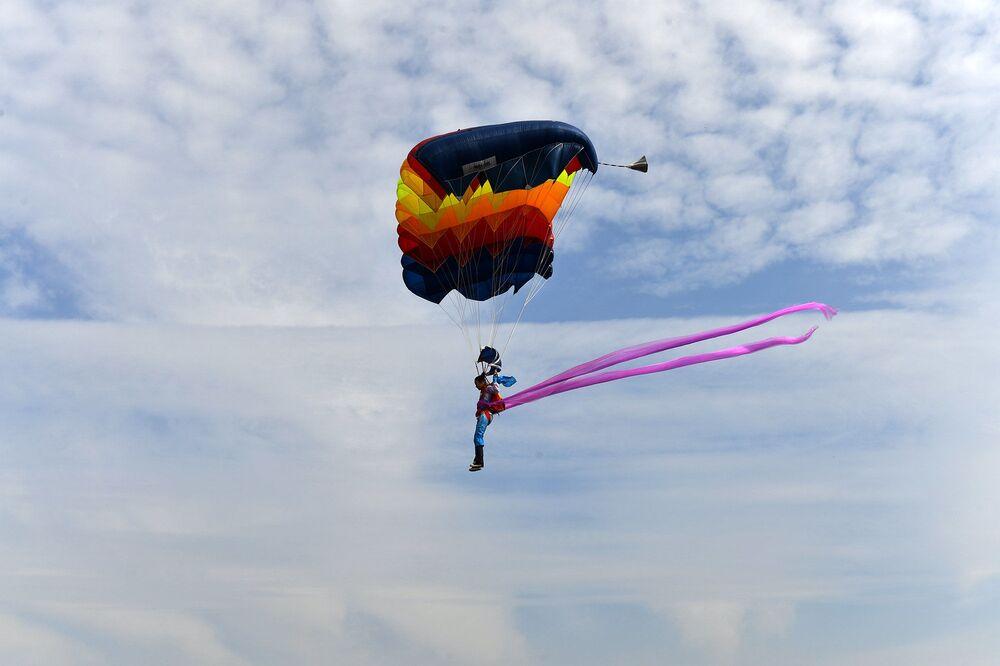 Paraquedista explora o céu durante festival aéreo em Hefei, província de Anhui