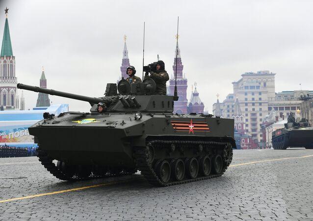 Um veículo de infantaria anfíbio BMD-4M Sadovnitsa desfila durante a Parada da Vitória em 9 de maio de 2017 na Praça Vermelha em Moscou
