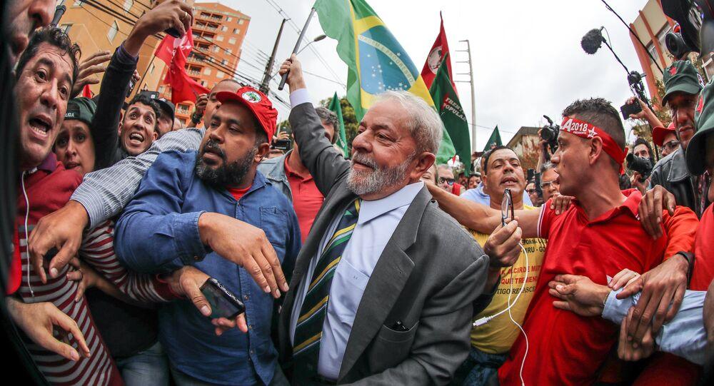 Manifestantes se agitam em torno do ex-presidente Luiz Inácio Lula da Silva em Curitiba (arquivo)