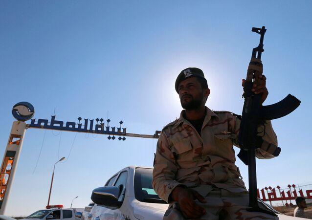 Militante das forças líbias leais a Khalifa Haftar (foto de arquivo)