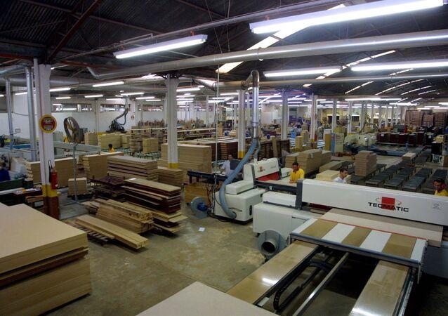 Indústria voltou a ter desempenho negativo em abril