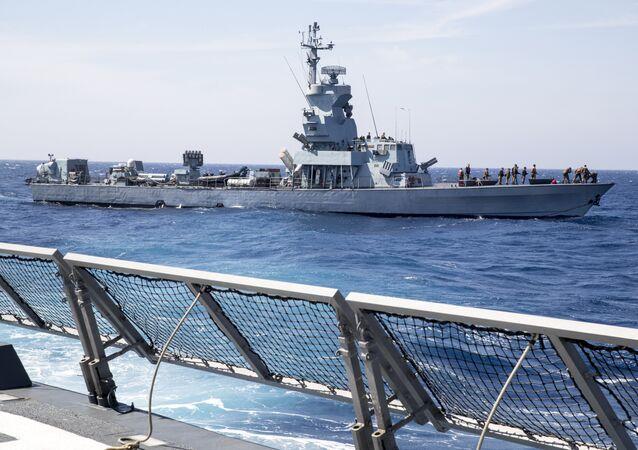 Navio Saar 4.5 da Marinha de Israel durante treinamento no mar Mediterrâneo em abril de 2017