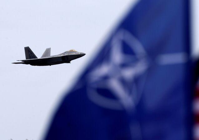 Bandeiras dos EUA e da OTAN na base aérea militar em Siauliai, Lituânia, 27 de abril de 2017