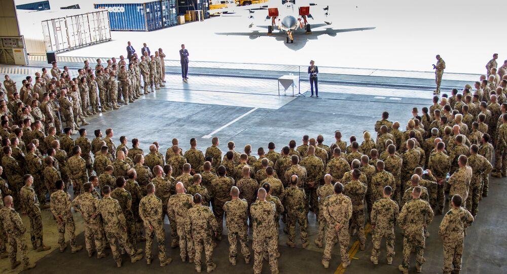 Ministra da Defesa da Alemanha, Ursula von der Leyen, discursa para militares alemães na base aérea de Incirlik, na Turquia (arquivo)