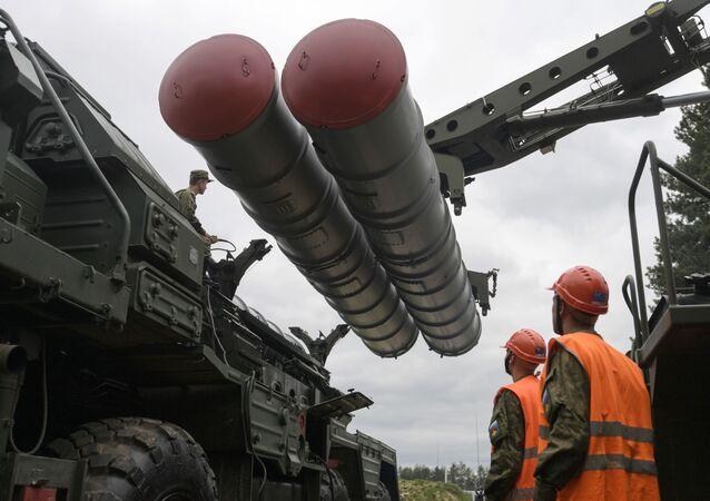 Deslocação do complexo antimíssil S-400 durante treinamentos na região de Moscou