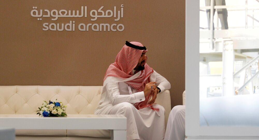 Stand da Saudi Aramco, companhia petrolífera da Arábia Saudita, na feira do mercado energético Petrotech 2016, em Manama, Bahrein