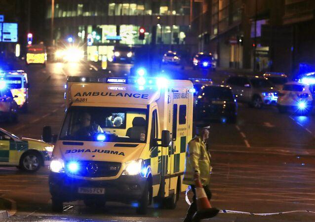 Serviço de emergência se posiciona fora do Manchester Arena após relatos de uma explosão no local durante um Ariana Grande na cidade.