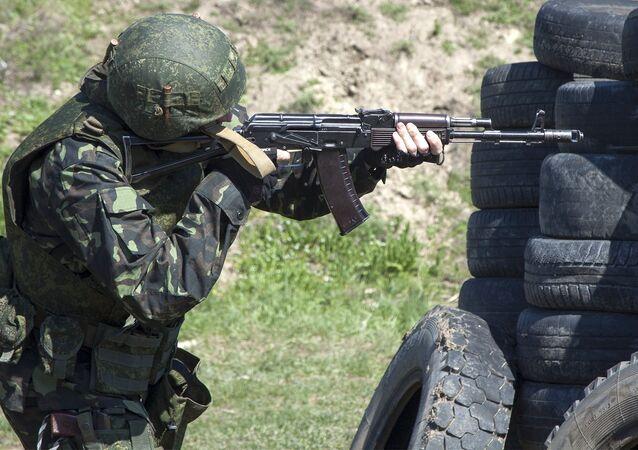 Um combatente da milícia da república autoproclamada de Lugansk