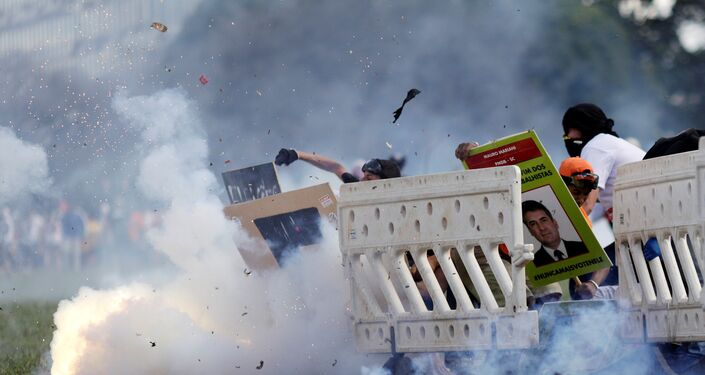 Polícia atirou bombas de gás lacrimogênio nos manifestantes